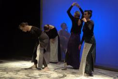 A kelebiai Nyári Mozi Színházi Közösség Csodálatos hétköznapok c. előadásának egyik jelenete az Újvidéki Színház színpadán