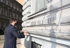 Az államfő a Terror Háza Múzeum előtt gyújtott mécsest (Fotó:MTI)
