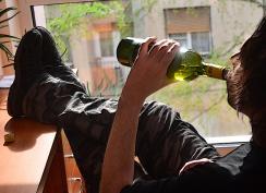 Lefelé a lejtőn: még egy üveggel...(Dávid Csilla felvétele)