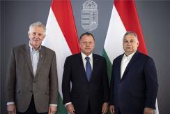Schmitt Pál, Orbán Viktor és Marius Vizer a Karmelita kolostorban megtartott találkozón (Fotó: MTI/Miniszterelnöki Sajtóiroda/Fischer Zoltán)