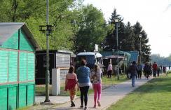 A sétányon néhány lacikonyha, fagylaltos, cukorkaárus kínálta a portékáját (Kiss Zoltán felvétele)