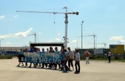 A nagybecskereki gyár nem csak alkalmazottjainak étkezési szokásai miatt ad okot polgárainknak a tiltakozásra. Pár hónappal ezelőtt környezetvédők egy csoportja tüntetett a kapu előtt
