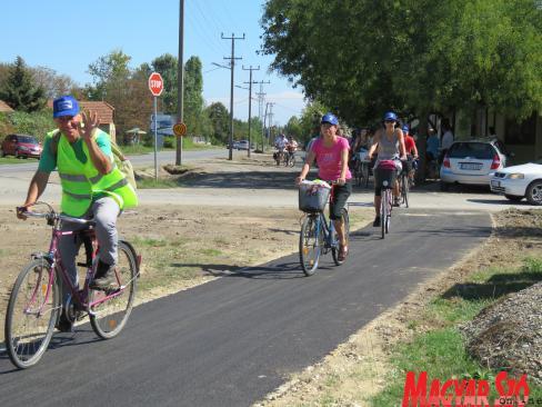 A kerékpárosok Palics központja felé tartanak (Patyi Szilárd felvétele)