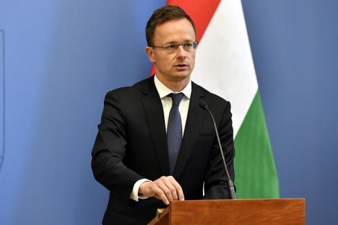 Szijjártó Péter a magyar válaszlépést ismerteti (fotó: MTI)