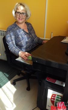 Fényszárosi Fekete Tímea igazgatónő az új számítógéppel (Kazinczy Paszterkó Diana felvétele)