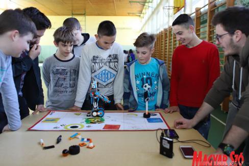 A gyerekek olyan készségeit próbálják fejleszteni, amiket a mai munkaerőpiac elvár, ilyen például a csapatban való munka és a folyamatos kommunikáció (Lakatos János felvétele)
