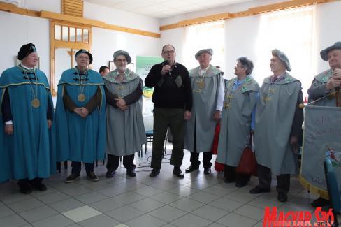 Orosz Kálmán üdvözli a borkóstoló vendégeit (Lakatos János felvétele)