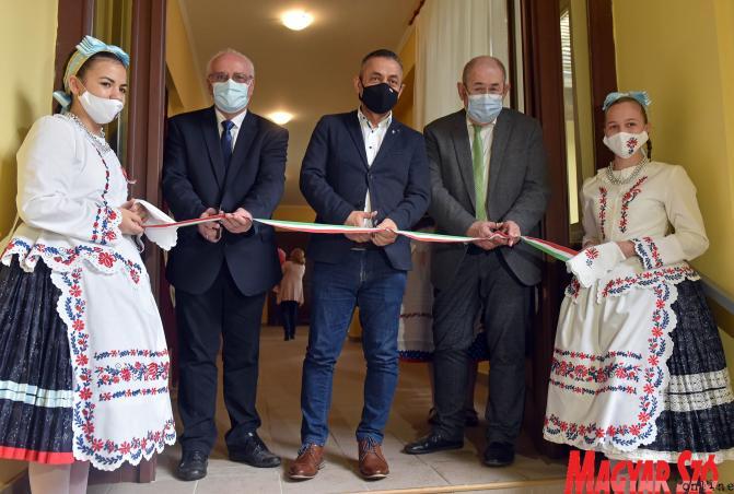 Hajnal Jenő, Potápi Árpád János és Pásztor István felavatják Bácskossuthfalván az új könyvtártermet (Fotó: Ótos András)