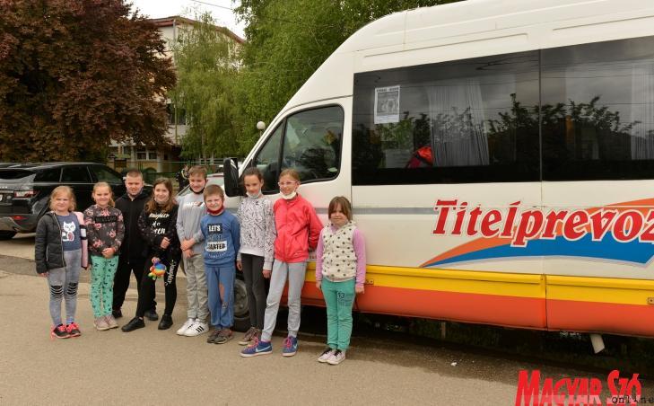 azaindulás előtt a verbászi útvonalon közlekedő diákok (Paraczky László felvétele)