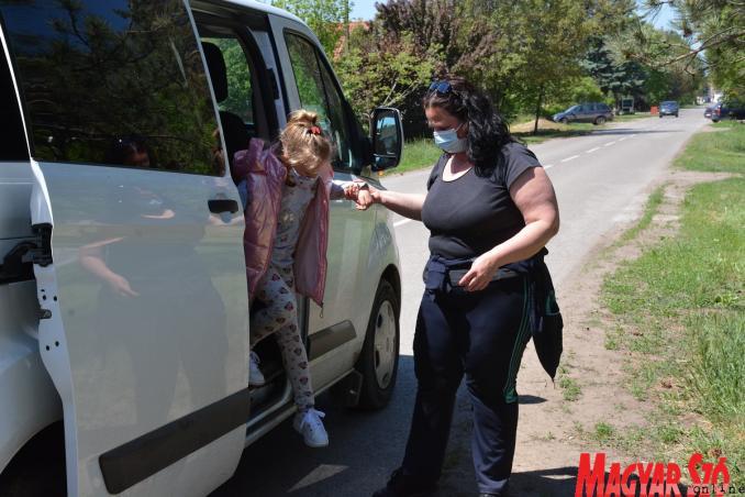 Huber Anikó utaskísérő segít a kiszállásnál (Paraczky László felvétele)