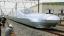 Az áramvonalas alakja miatt golyóvonatnak (bullet train) becézett szuperexpressz elérheti az óránkénti 400 kilométeres sebességet, utazósebességét pedig 360 kilométer/órára tervezik (Fotó: Kyodo)<br />